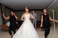 goście bawią się na weselnej sali